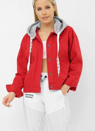 Красная джинсовая куртка с капюшоном (капюшон отстегивается)