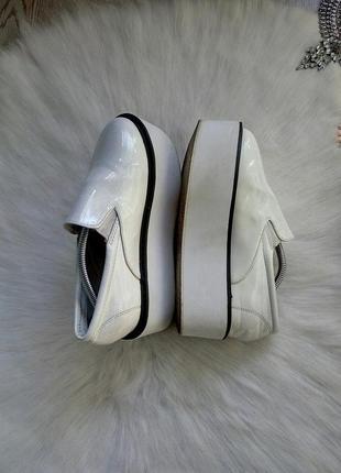Белые лаковые туфли мокасины лоферы на высокой подошве платфор...