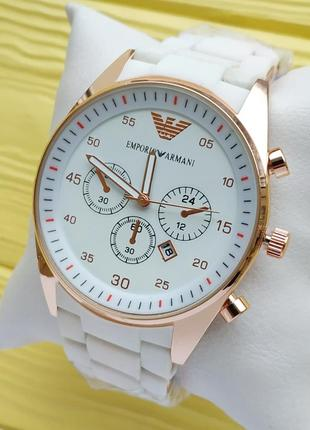 Кварцевые наручные часы белого цвета с золотым корпусом, обрез...