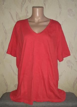 Красная футболка с v вырезом, вырез мысиком