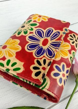 Яркий женский кошелек из натуральной кожи. цветочный принт.