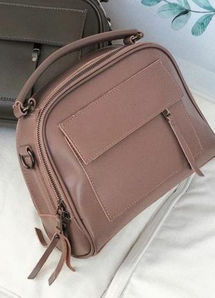 Кожаная сумочка на длинном ремешке.