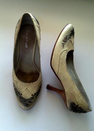 Светлые туфли с вышивкой, кожа