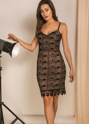 Нарядное платье с кружевом и красивым декольте