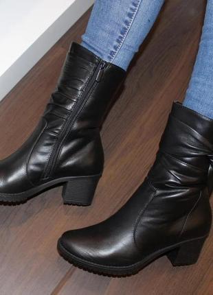 Кожаные женские зимние черные короткие сапоги полусапоги на ка...