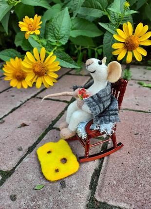 Валяная игрушка Мышка в кресе качалке. Войлочная игрушка мышь.