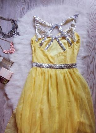 Желтое вечернее платье в пол серебристыми пайетка открытой спи...