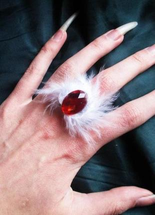 Красивое пушистое кольцо с красным камушком