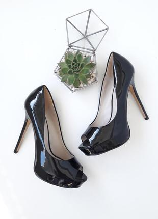 Лакированые туфли на высокой шпильке с открытым носком