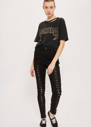 Черные джинсы на высокой талии со шнуровкой