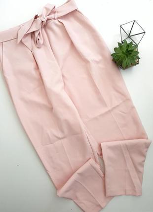 Пудровые легкие штаны на высокой талии с пояском со стрелками