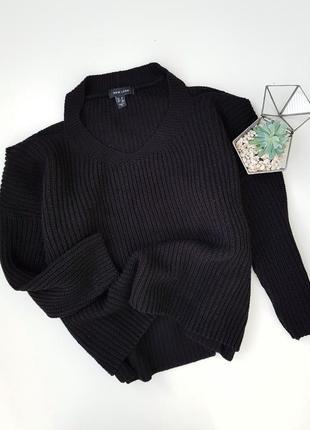 Черный вязаный обьемный свитер с открытыми плечами