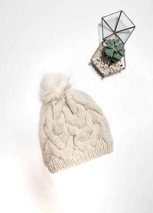 Песочная вязаная шапка с бубоном