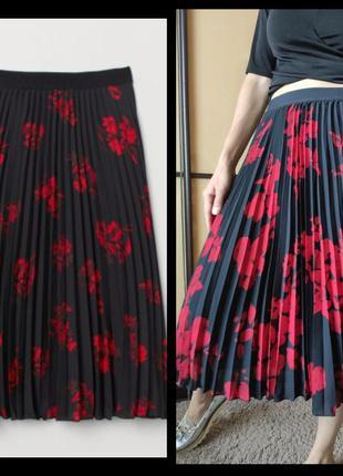 Трендовая юбка плиссе миди чернаыя в красные цветы от h&m ❤