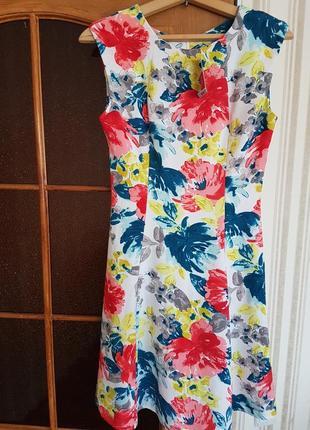 Яркое платье в цветы tu