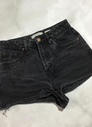 Короткие джинсовые шорты с высокой талией