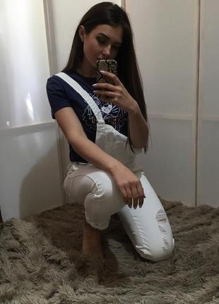 Белый джинсовый комбинезон штанами