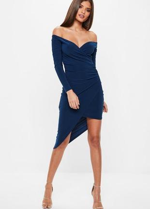 Ассиметричное платье со спущенными плечами  подчёркивающее фигуру