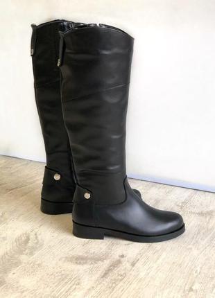 Зимние женские кожаные высокие сапоги на низком ходу