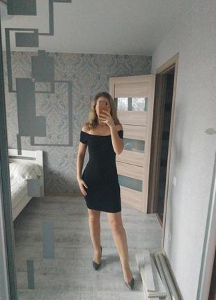 Красивое нежное платье с открытыми плечами хлопок