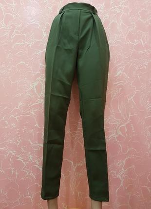 Зауженные брюки цвета хаки молния сбоку