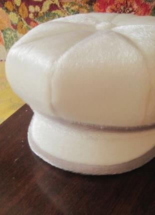 Берет из искусственного меха с брошкой
