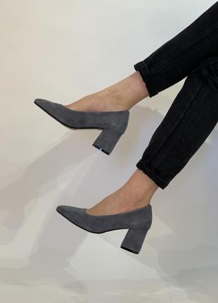 Замшевые серые туфли на каблуке 6 см