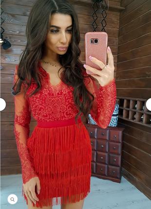 Красное платье-мини с кружевом и бахромой