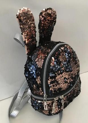 Рюкзак с ушками и пайетками.