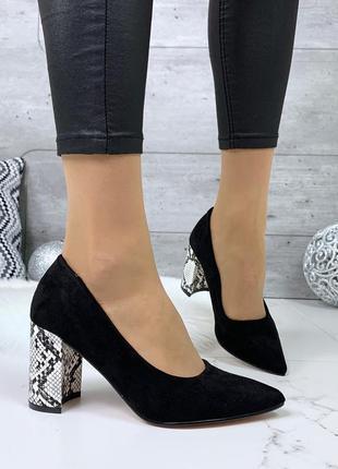 Шикарные черные туфли на каблуке со змеиным принтом