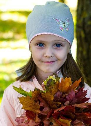 Красивая шапка на девочку с серебряной нитью и бабочкой в камн...