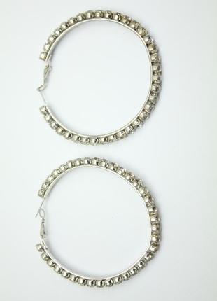 Серебристые серьги кольца с камнями стразами