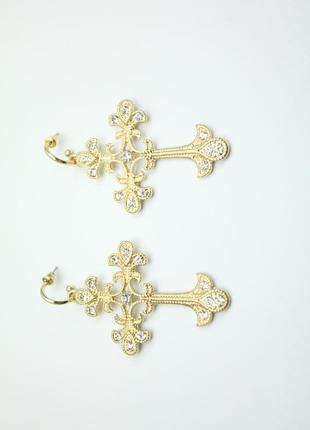 Золотистые серьги в виде креста гвоздики с камнями стразами