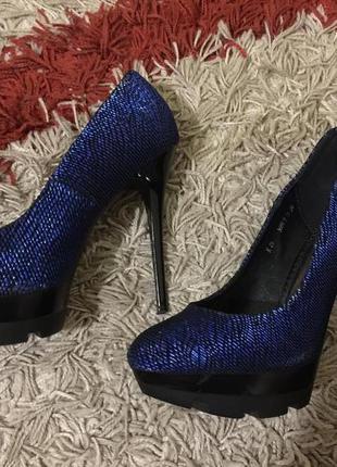 Блестящие стильные модные туфли на высоком каблуке на праздник