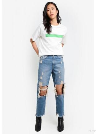 Рваные голубые джинсы мом