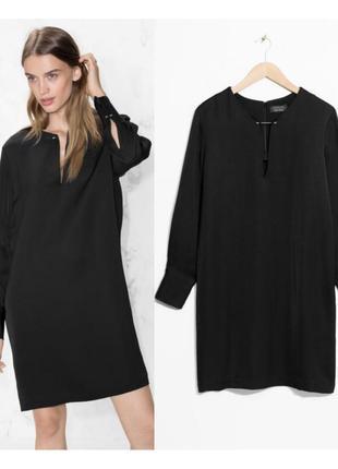 Черное прямое платье с вырезом