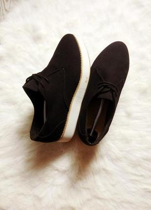Черные туфли мокасины лоферы на белой высокой платформе танкет...