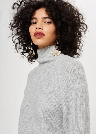 Актуальный серый свитер с высокой горловиной и рукавами реглан...