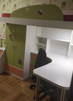 Детский уголок с письменным столом и кроватью- чердаком