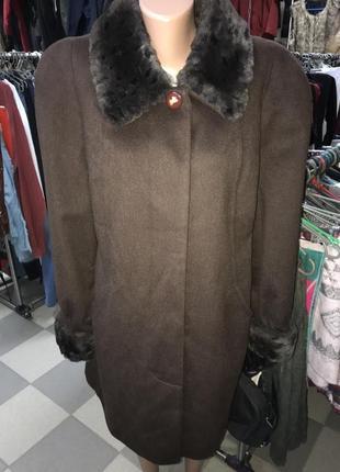 Элегантное пальто с меховым воротником