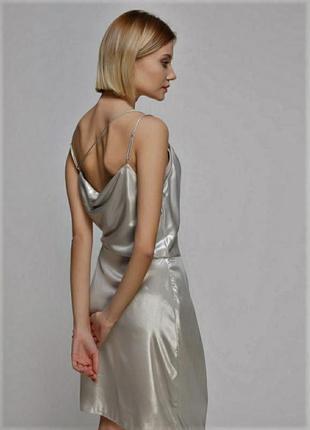 Серебристое блестящие платье металлик на запах в бельевом стиле