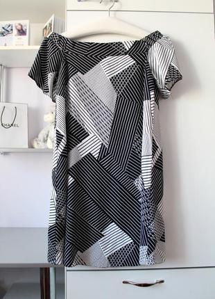 Черно-белое платье в геометричный принт с открытыми плечами от...