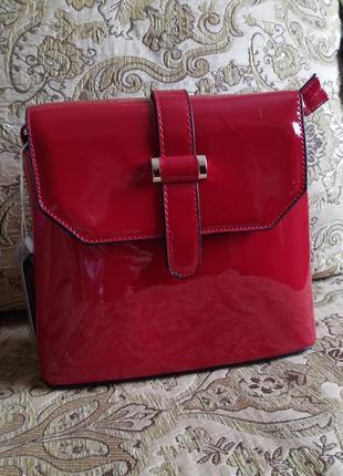 Лаковая сумочка красного цвета