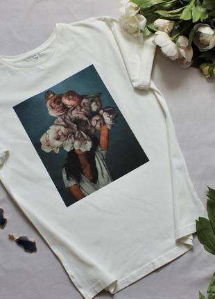 Стильная женская белая футболка с красивым цветочным принтом