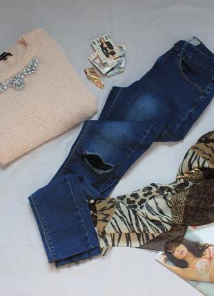 Синие джинсы с разрезами на коленях на невысокую девушку