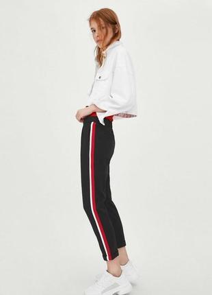 Стильные черные брюки zara многоцветные лампасы
