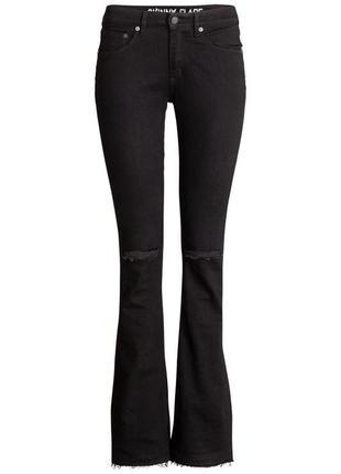 Рваные высокие джинсы клеш на худышку