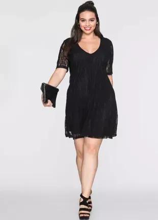 Кружевное черное вечернее платье.