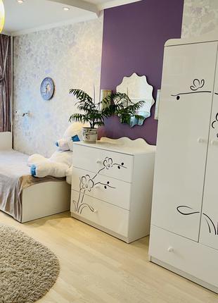 Детская комната для девочки (шкаф, кровать, стол, комод, полки)