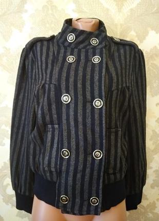 Стильная шерстяная куртка.